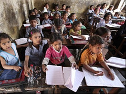 Escolas no interior da Índia: currículo flexível, mas ainda assim os indicadores são superiores aos das escolas públicas
