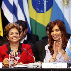 Argentina's President Cristina Fernandez de Kirchner (R) applauds next to her Brazilian counterpart Dilma Rousseff during the Southern Common Market (MERCOSUR) trade bloc annual presidential 47th summit in Parana, north of Buenos Aires December 17, 2014. Argentina handed over to Brazil the MERCOSUR pro tempore presidency.   REUTERS/Enrique Marcarian (ARGENTINA - Tags: POLITICS)