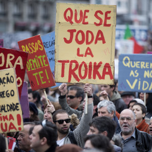 "nfs nuno ferreira santos  - 2 marco 2013 - PORTUGAL, Lisboa - Manifestacao contra a Troika e as politicas do governo organizada pelo movimento ""que se lixe a Troika"". O protesto comecou no marques de Pombal e foi ate ao terreiro do Paco (praca do comercio),  av. da liberdade. cartazes estrangeiros, espanhois"