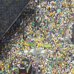 15/03/2015- São Paulo- SP, Brasil- Manifestação contra o governo Dilma e a corrupção na Petrobras,  na avenida Paulista. Foto: Robson Fernandjes/ Fotos Públicas