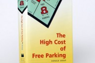 "Obra de Donald Shoup, ""The High Cost of Free Parking"" é a atual bíblia sobre estacionamento."