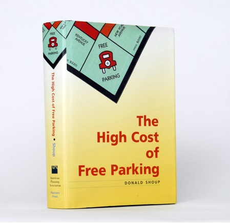 """Obra de Donald Shoup, """"The High Cost of Free Parking"""" é a atual bíblia sobre estacionamento."""