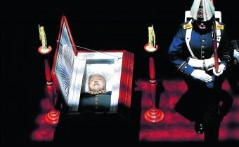 Uniformados custodian el feretro del General (R) Augusto Pinochet Ugarte en la Escuela Militar en Santiago. Lunes 11 de Diciembre de 2006.Pinochet,quien goberno el pais desde 1973 hasta 1990 tras un golpe militar,murio el domingo 10 de Diciembre,producto de complicaciones cardiacas,a la edad de 91 años.   A los 91 años de edad muere el ex dictador Chileno Augusto Pinochet Ugarte, quien se instalara en el poder el dia 11 de Septiembre de 1973 a través de un golpe de estado al gobierno del ex Presidente Salvador Allende quien lo nombrara como Comandante Jefe del Ejército Chile apenas con un mes de anterioridad. Este gobierno de facto fué el que rigió el período mas negro de la historia de Chile, en el cual se cometieron las mayores aberraciones contra la vida, las que van desde crímenes, torturas, exilio, allanamientos, prisión de adversarios políticos, llegando incluso a al secuestro, asesinato y desaparecimiento de personas, los que hasta la fecha continúan como Detenidos Desaparecidos. Como una ironía de la vida quien fuera el mayor violador de los derechos humanos en nuestro país, deja de existir precisamente el día en que se promulgara la declaración Universal de los Derechos Humanos, llevándose consigo los anhelos de verdad y justicia de todo un pueblo y especialmente de los familiares de víctimas de su represión, que lo ven irse sin una sentencia condenatoria por parte de los tribunales chilenos.