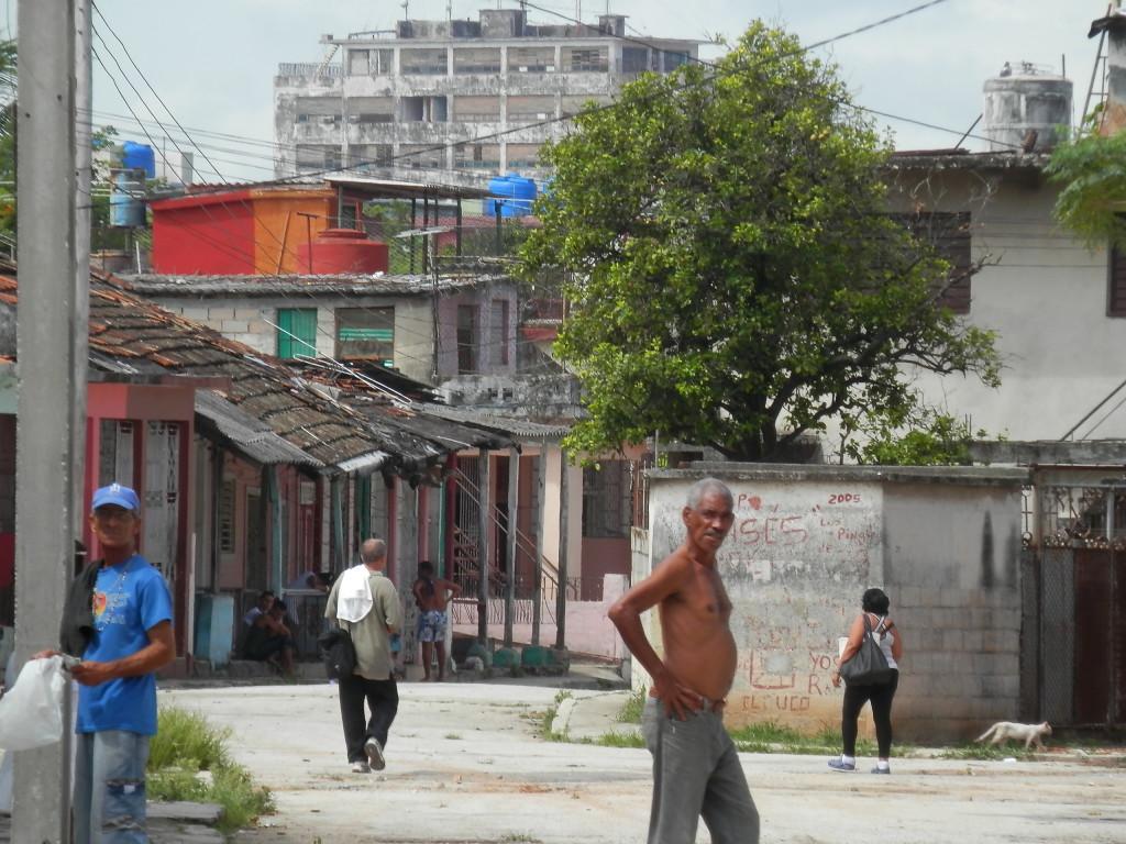 Uma rua movimentada na favela onde fiquei