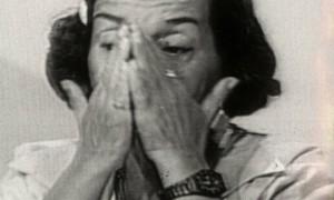 """Maria da Conceição Tavares, chorando nos anos 80 enquanto elogiava o controle de preços implantado por Sarney no Plano Cruzado. Os resultados do Plano foram catastróficos, mas Maria o considerava 'uma iniciativa única na política econômica brasileira""""."""
