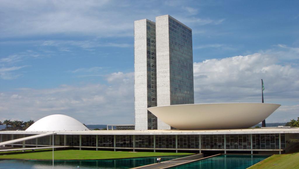 De acordo com uma série de artigos publicados por Bernardo ao lado de outros economistas - como Filipe Campante (Harvard) e Quoc-Anh Do (Sciences Po) - o isolamento dos políticos em Brasília permite que eles fujam da pressão popular.