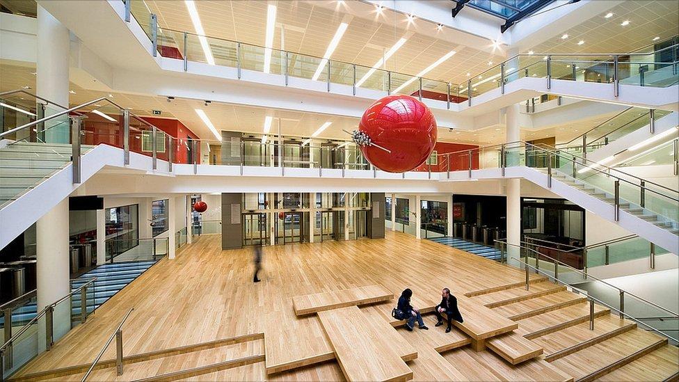 Edifício da London School of Economics, uma das melhores faculdades públicas do mundo