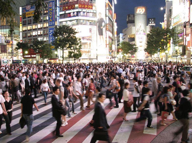 O denso distrito de Shibuya, à noite.